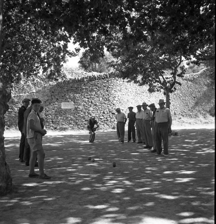 42Fi 0387 Une photo traditionnelle de La Ciotat : Partie de pétanque et chapeaux de rigueur, pour ce concours au boulodrome dénommé aujourd'hui Jules Lenoir. 2/08/1953