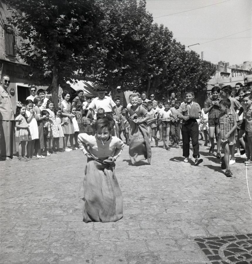 42Fi 0588 Course en sac et jeux d'enfants sur la place de l'Escalet pour le plaisir de tous. 15/08/1953