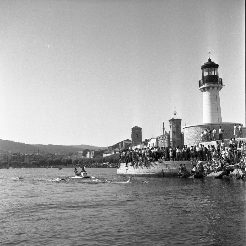 42Fi 0713 Foule amassée au Môle Bérouard pour encourager les nageurs, assistés d'un pédalo. 30/08/1953