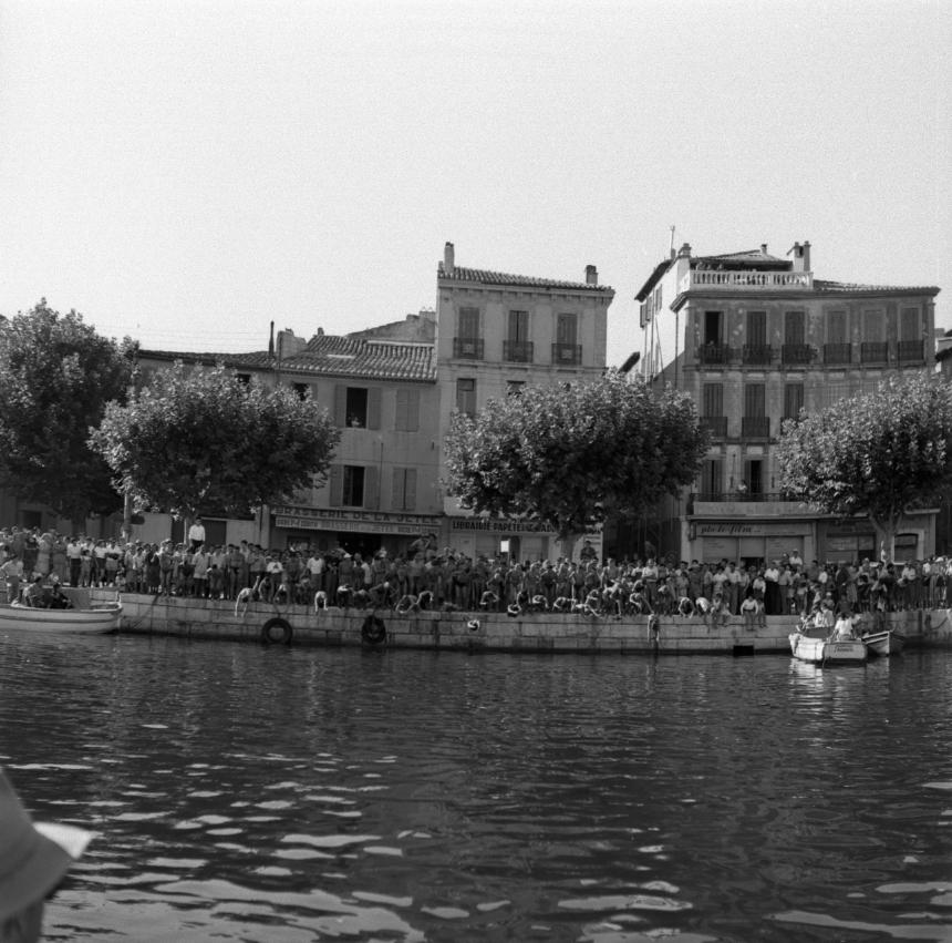 42Fi 0718 Première vague de plongeurs, comme en apesanteur au dessus de l'eau. 30/08/1953