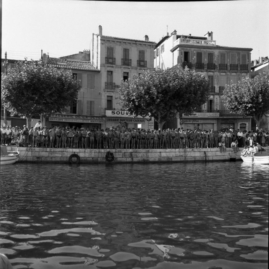 42Fi 0719 Grande course à la nage (avec Josette Jany) dans le port. Les participants sont prêts à plonger. 30/08/1953