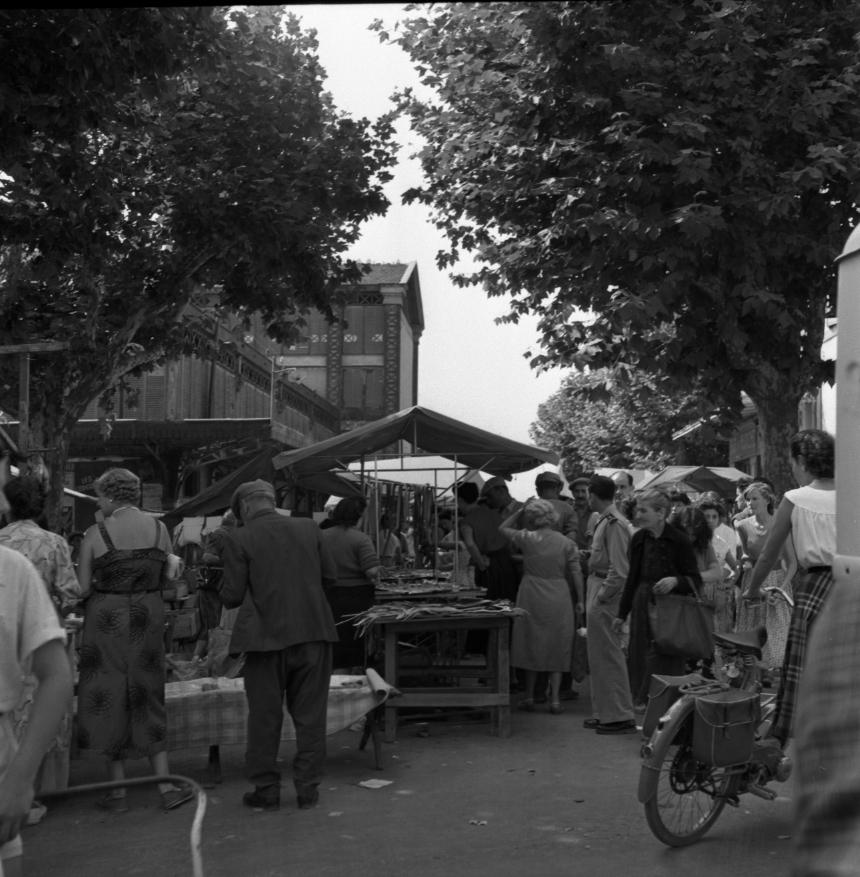 42Fi 0744 Embouteillage dans les allées du marché. Les habitudes demeurent au fil des générations. 3/09/1953