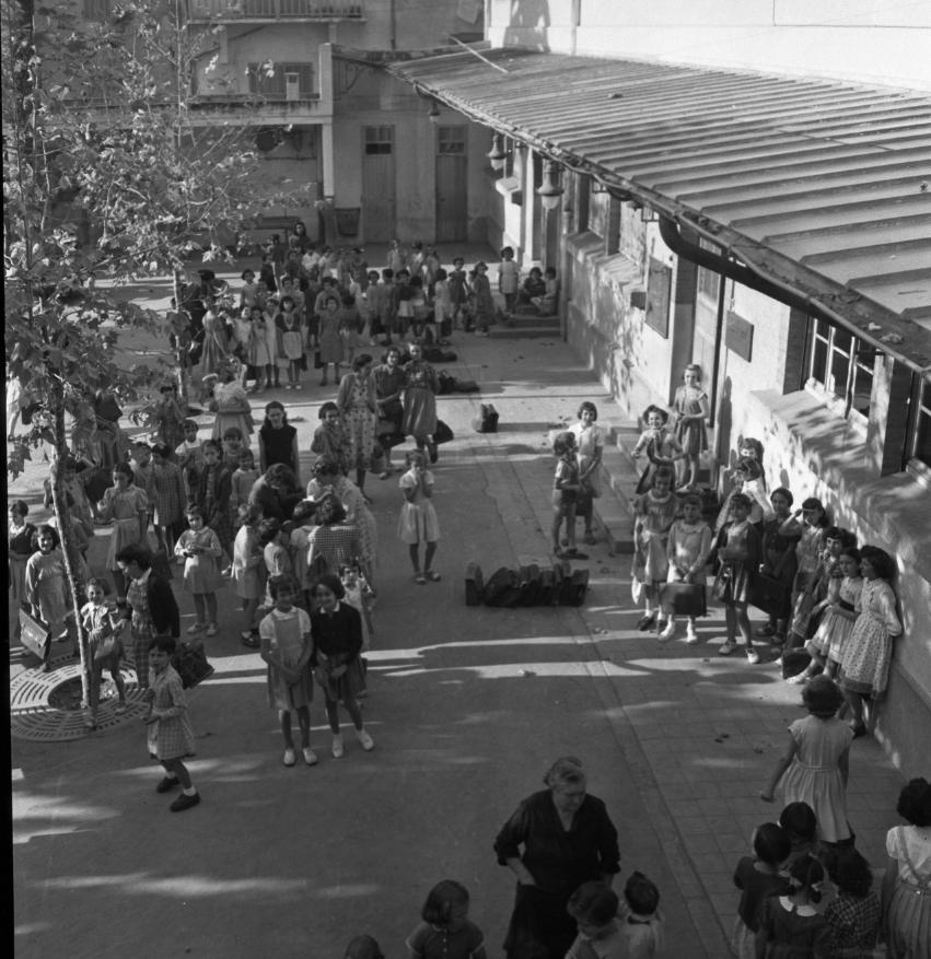 42Fi 0870 Rentrée des classes pour les jeune-filles dans la cour de l'école Louis Marin. 20/09/1953