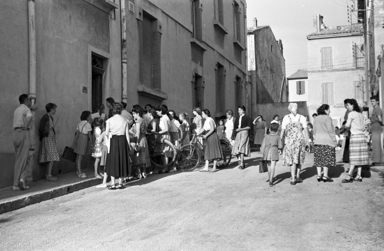 42Fi 0877 Agitation devant l'entrée de l'école Louis Marin pour la rentrée des classes. Les mamans semblent plus concernées que leurs enfants. 20/09/1953
