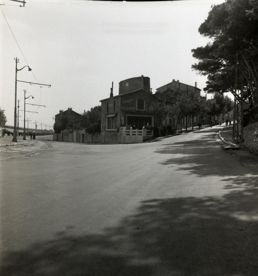 42Fi 0953 Intersection des boulevards Clémenceau et Mistral, devant le célèbre bar du « Lido ». Pouvons-nous l'imaginer aujourd'hui sans voitures ? 26/09/1953