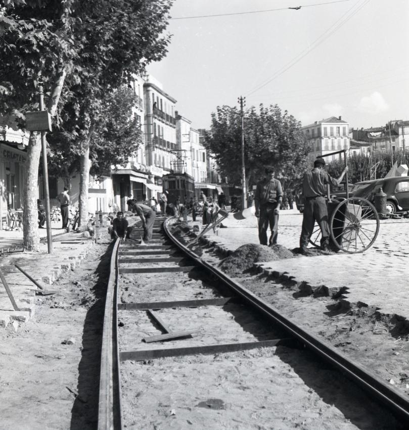 42Fi 0971 Travaux de « repavage » sur le port. Le journaliste indique qu'il fut « difficile d'associer les ponts et chaussées, les ponts et chaussées maritimes, et la régie départementale des chemins de fer des B.d.R » à ces travaux. 26/09/1953