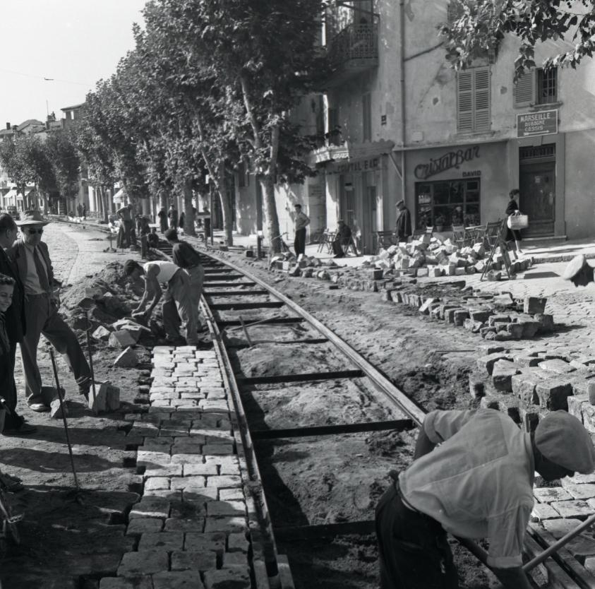 42Fi 0973 Les mêmes travaux de « repavage » qui se poursuivent minutieusement devant le Cristal Bar. 26/09/1953