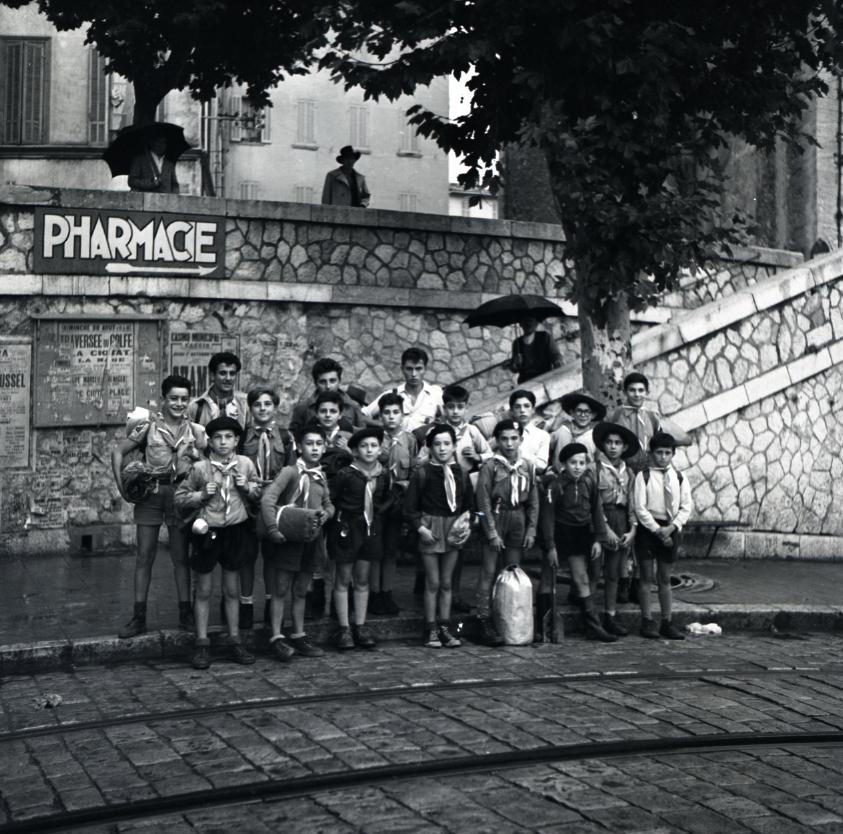 42Fi 0986 Des Louveteaux devant les marches de l'église, prêts à partir en randonnée. 4/10/1953