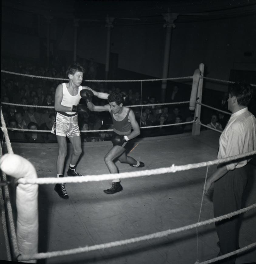 42Fi 1114 Soirée de boxe au Théâtre Municipal qui était une salle polyvalente. 14/10/1953