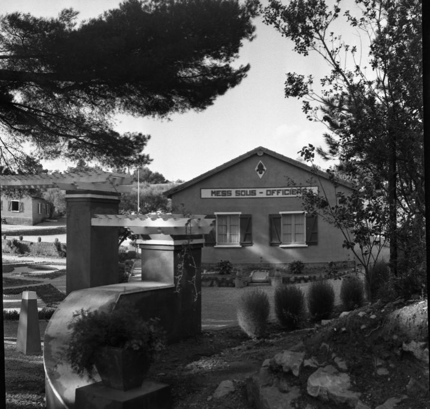 42Fi 1286 Toujours le camp de la Légion Etrangère, et le mess des sous-officiers. 2/11/1953