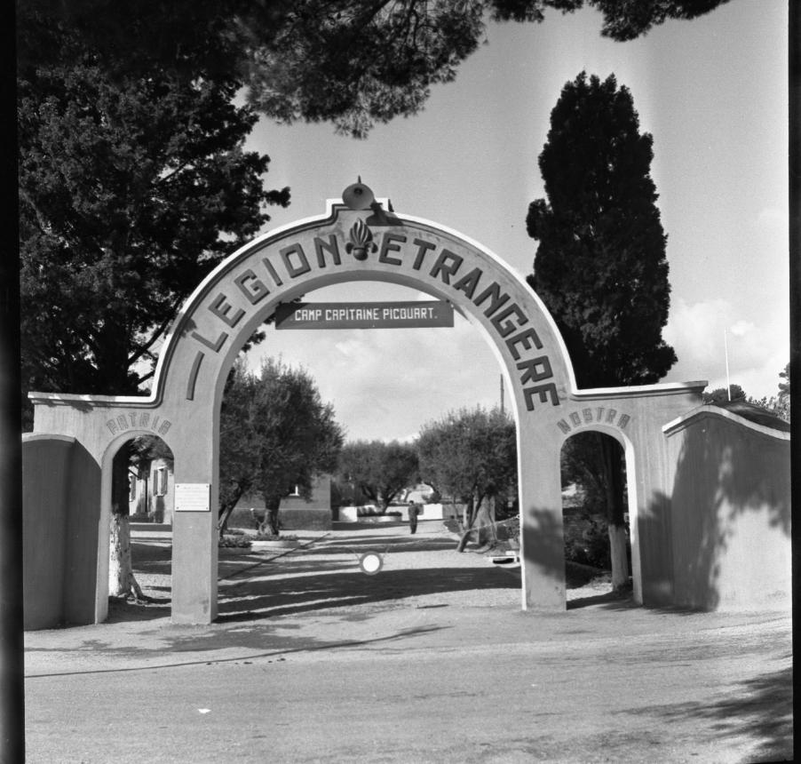 42Fi 1288 « Le moderne portique du camp de repos de la Légion Etrangère, montée de la Gare ». (Le Provençal) 2/11/1953