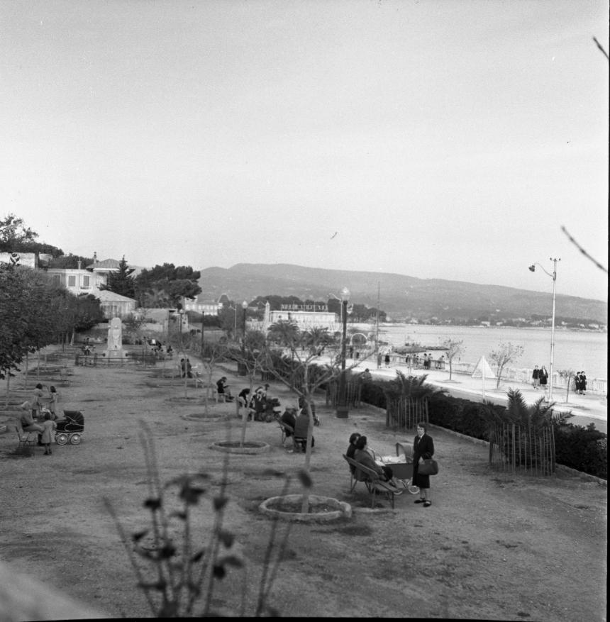 42Fi 1302 Moment de détente sur l'ancien square Mouton. Les mamans profitent de cet espace privilégié face au Golfe d'Amour. 2/11/1953
