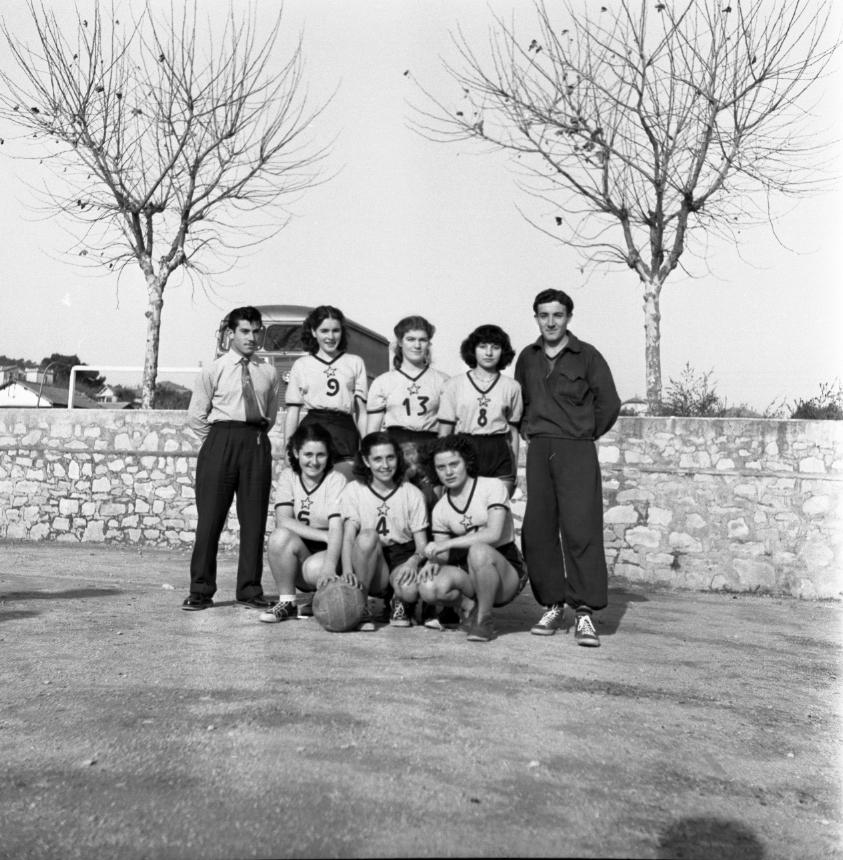 42Fi 1672 Equipe de basket féminine, encadrée par les entraineurs. 10/12/1953