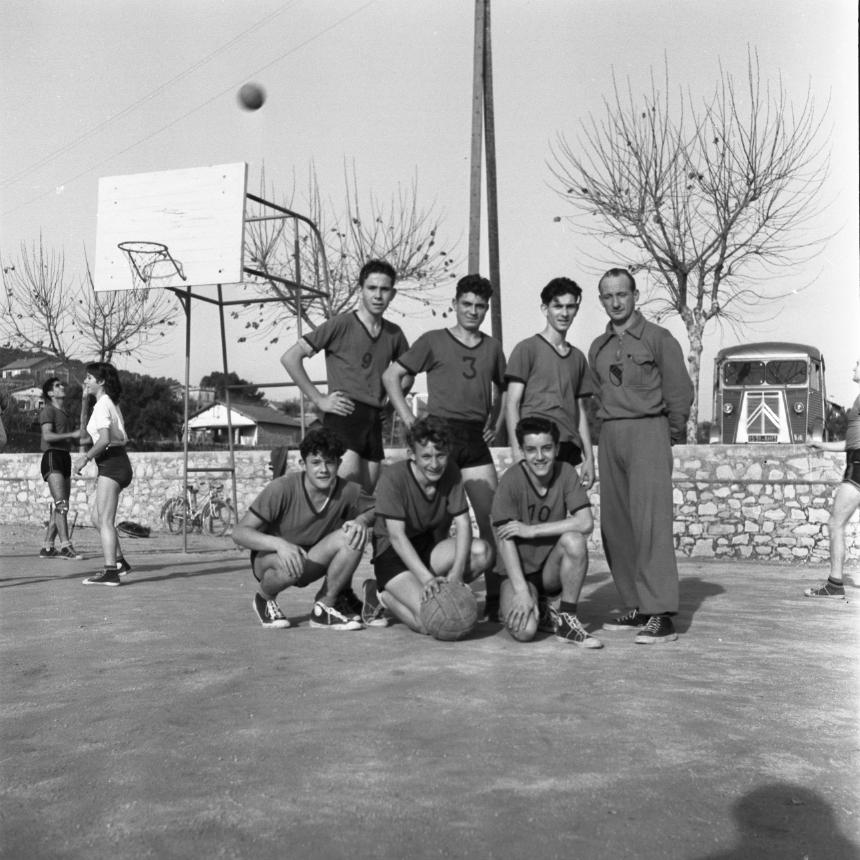 42Fi 1674 Equipe de basket au stade Masse en extérieur. 10/12/1953