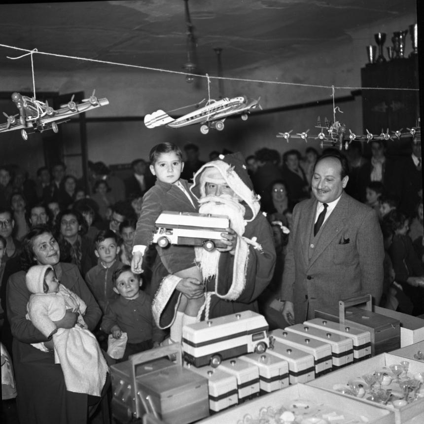 42Fi 1803 Arbre de Noël de l'association des combattants  prisonniers de guerre, présidée par M. Brestein. Distribution de jouets par le Père Noel. Journée éternellement magique pour les enfants. Dec 1953