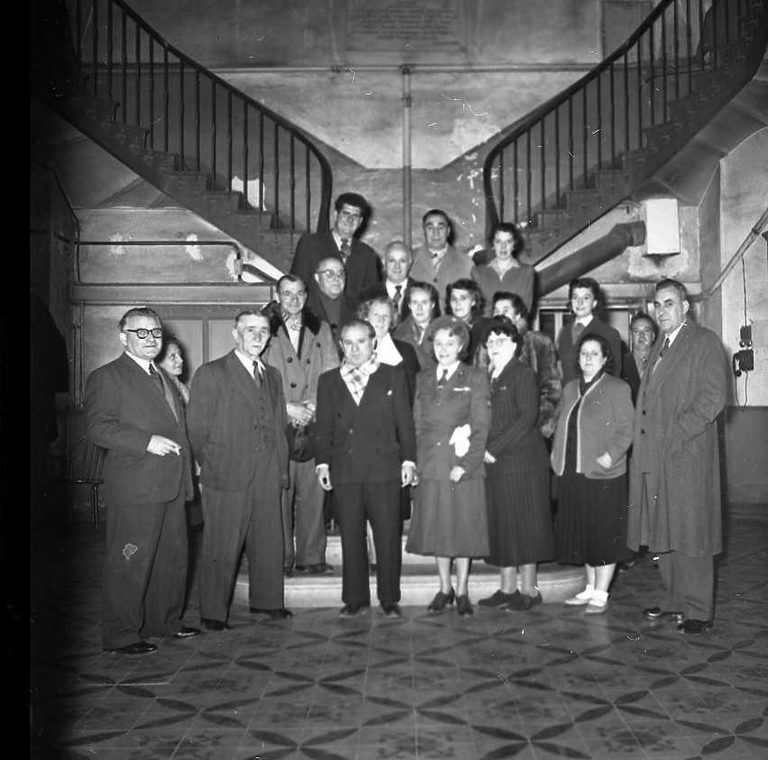42Fi 1932 « Après les distributions de douceurs et de goûters à l'hôpital-hospice, voici rassemblée au côté de M. Jean Graille, la délégation en visite ». (Le Provençal) 23/12/1953