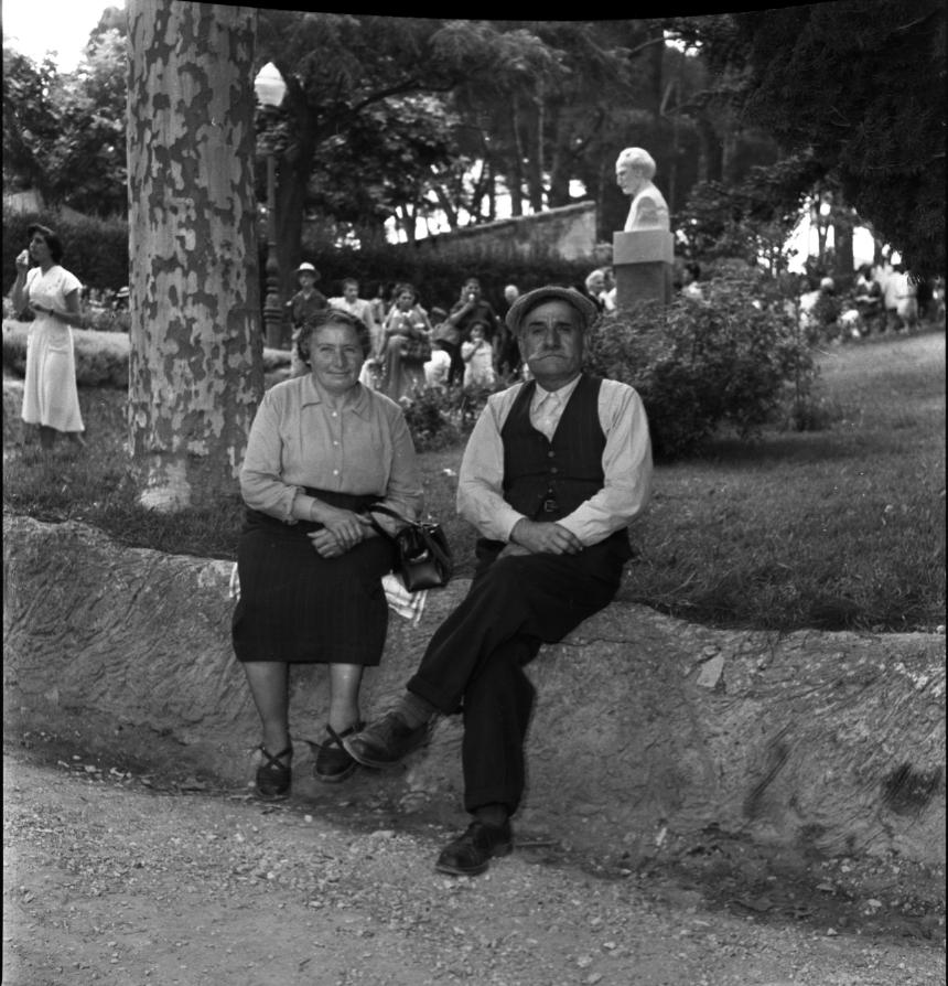 42Fi 2193 Couple de personnes âgées posant paisiblement au jardin de la Ville avec en fond le buste d'Emile Ripert. Juin 1953