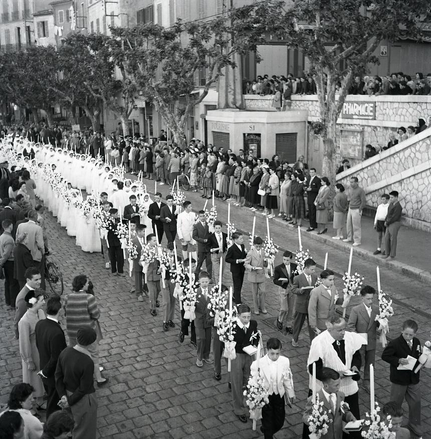 45 Fi 013 - Long cortège des nouveaux communiants attirant beaucoup de spectateurs.  12/05/1955