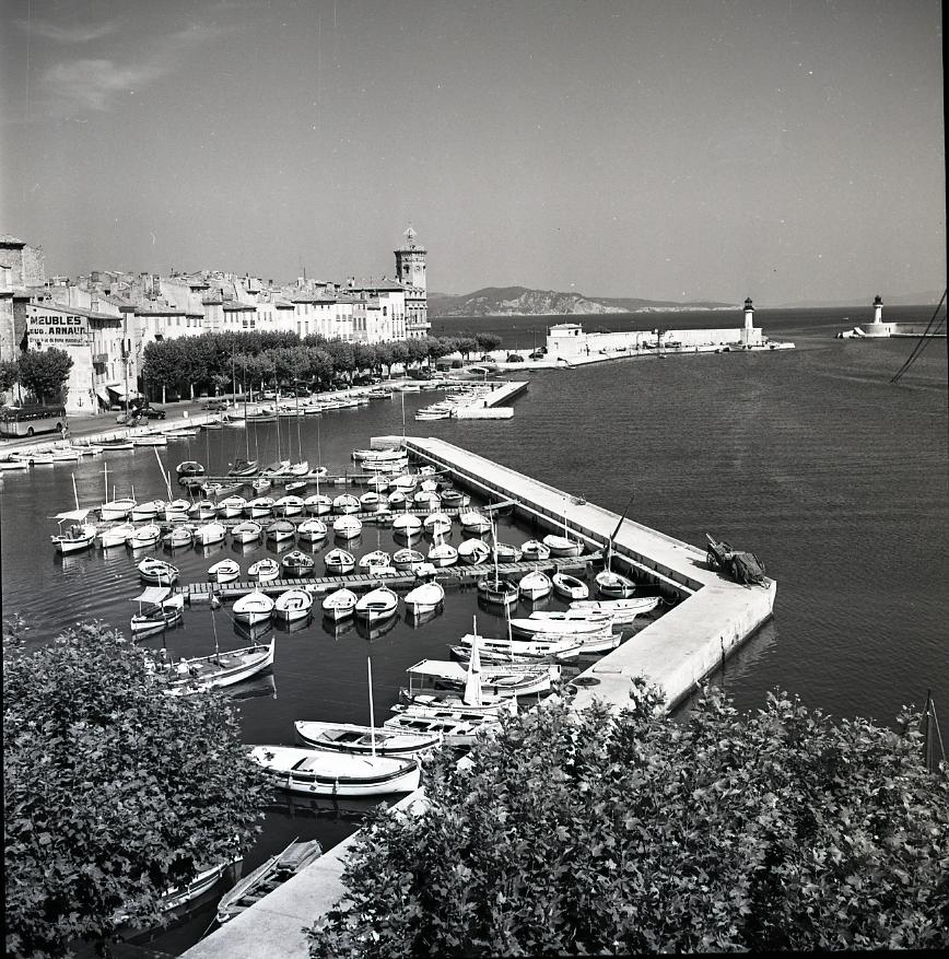 45 Fi 049 - Vue imprenable du port-abri, dominé par le beffroi de l'Hôtel de Ville. 03/08/1955