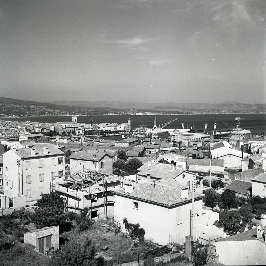 45 Fi 051 - Vue aérienne de la ville et du port, avec de nouvelles constructions au premier plan. 03/08/1955