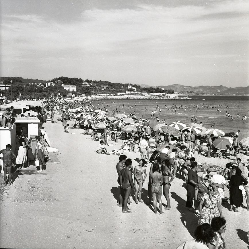 45 Fi 059 - La grande plage assaillie par les baigneurs au beau milieu de la saison estivale. 09/08/1955
