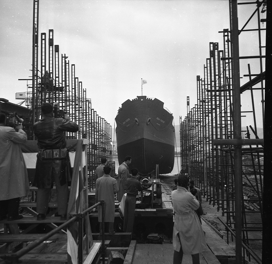 46 Fi 0072 - Belle prise de vue du cargo Yvan Pavlov entre les étamperches sous l'objectif des cameramen et photographes, et la surveillance de l'enregistreur de vitesse. - 7/01/1956