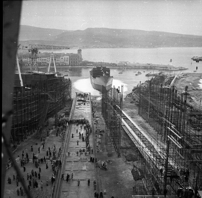 46 Fi 0076 - Le lancement est réussi. L'Yvan Pavlov est entré dans l'eau sous les yeux du personnel et des officiels rassemblés entre les deux cales. - 7/01/1956