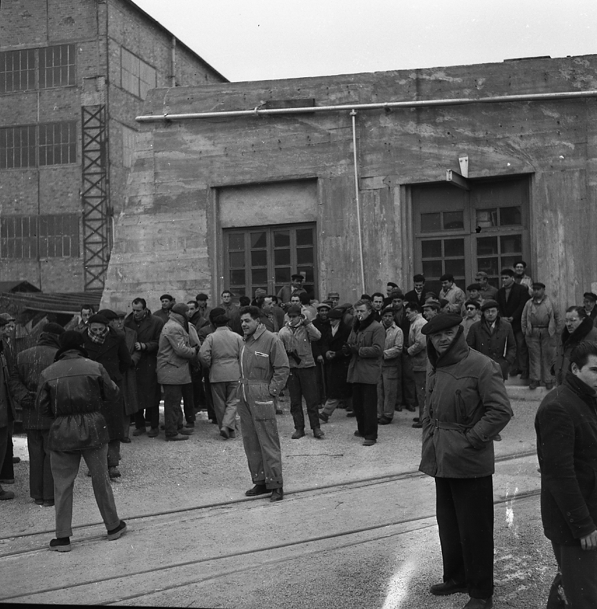 46 Fi 008 - Malgré le froid, chacun sort des ateliers afin de se rassembler pour assister au lancement du Sindh. - 11/02/1956