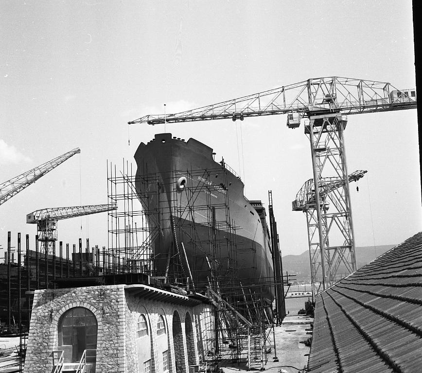 46 Fi 0270 - Ballet de grue autour du Nikolay Burdenko qui repose sur la rampe en maçonnerie de la cale 2, bien coincé entre les étamperches. - 4/05/1956