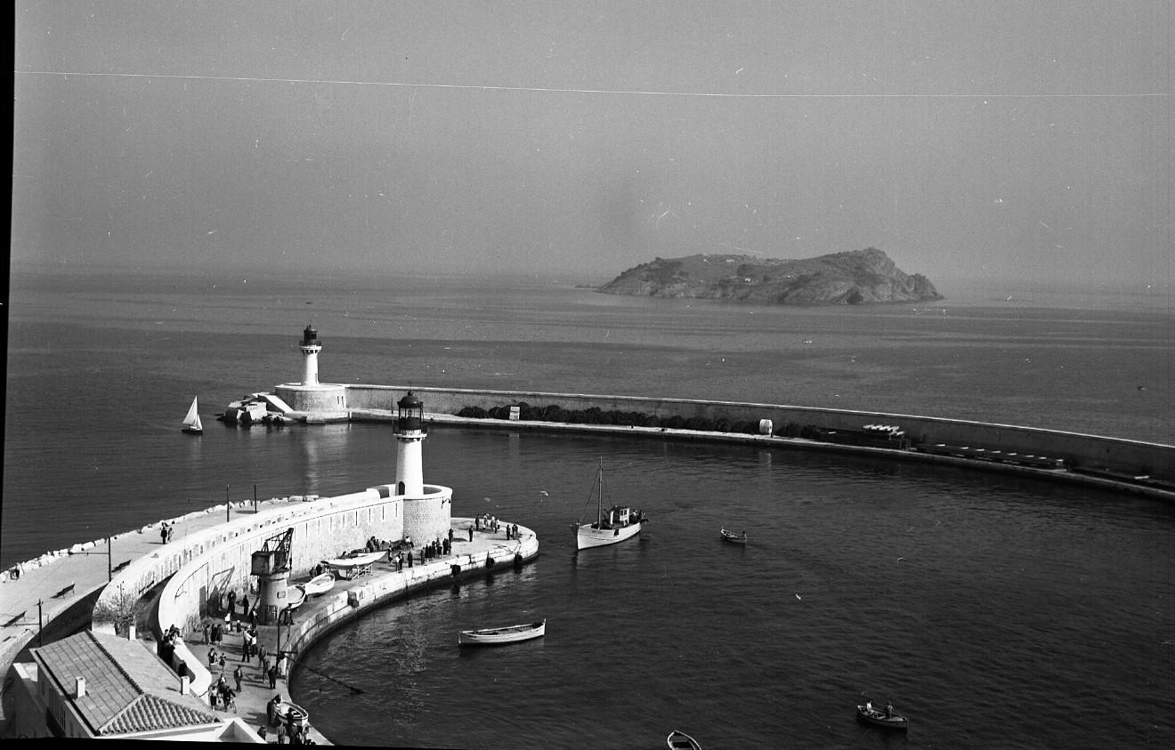 46 Fi 0297 - 11.Quel changement depuis cette photo ! Au 1er plan on reconnaît le « Quai des pêcheurs » au Môle Bérouard qui a peu évolué contrairement à la digue du phare rouge qui va connaître de nombreuses modifications. - 9/05/1956