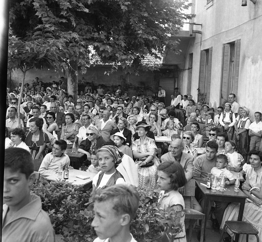 46 Fi 0489 - 17.La cour de l'école Saint Jean transformée en terrasse de café pour accueillir la traditionnelle fête de fin d'année. - 7/07/1956