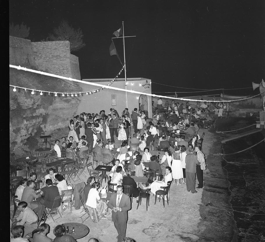 46 Fi 0572 - 18.Ambiance festive et détendue pour ce bal au bord de l'eau au Neptune Club de Saint Jean. - 21/07/1956