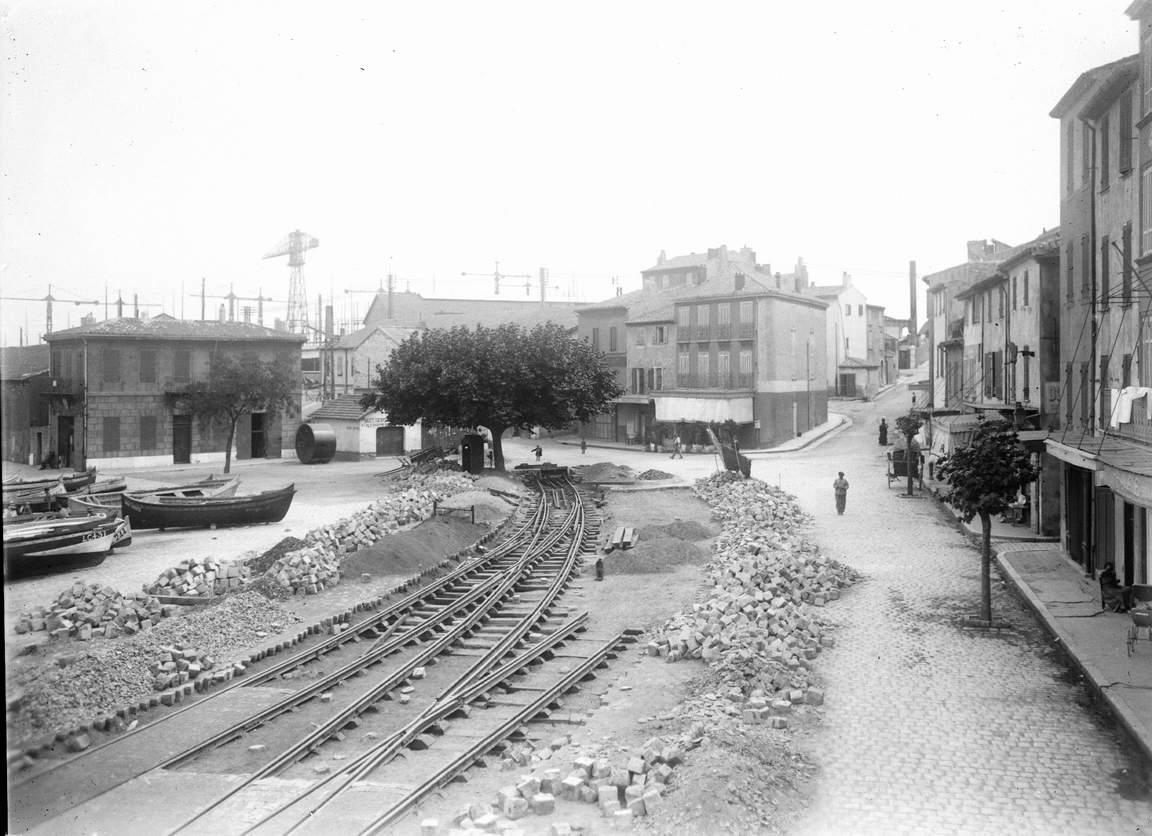 Dès son installation en 1916, pendant le Première Guerre Mondiale, la Société Provençale de Constructions Navales prolonge la ligne de voie ferrée de l'ancien Hôtel de Ville jusqu'à l'intérieur des chantiers. Les rails donnent alors une nouvelle physionom