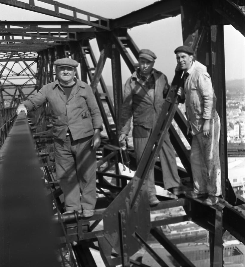 27 Fi 713 Les ouvriers chargés du montage de la flèche de la grue, sans protection particulière, mais sans inquiétude également. Une époque révolue ! 29/03/1953