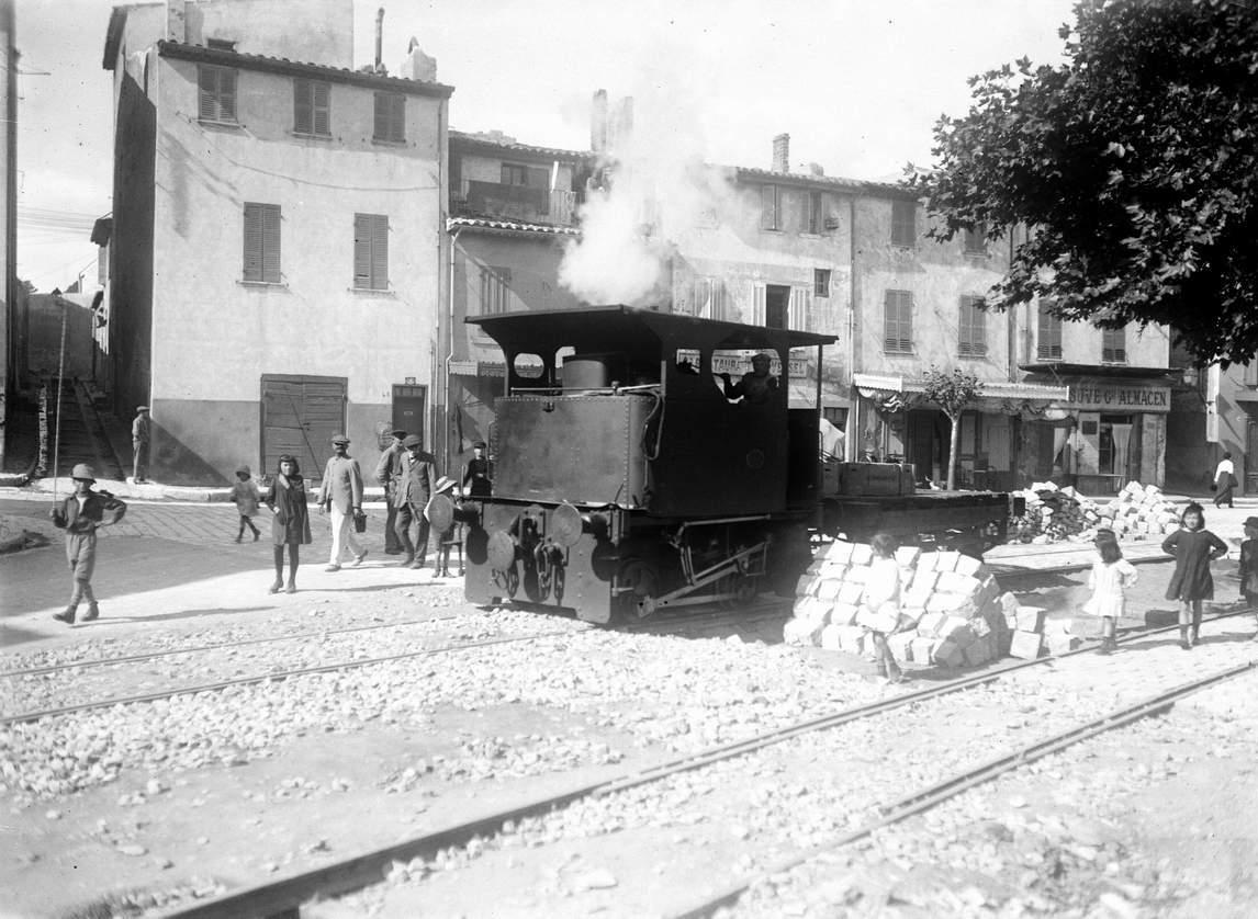 Les travaux d'aménagement du bout de l'Escalet, attirent la curiosité des passants. - 1917