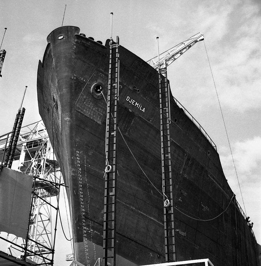 27 Fi 803 Le pétrolier Djemila peu avant son lancement, toujours sur la cale 2 avec son échelle de tirant d'eau à l'assaut des étamperches. 25/04/1953