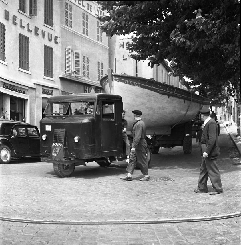 27 Fi 1918 Transfert de la barque des apprentis des CNC, « Le Mugel » au bas du boulevard Guérin, remorquée par un tracteur FAR à trois roues. 4/06/1953