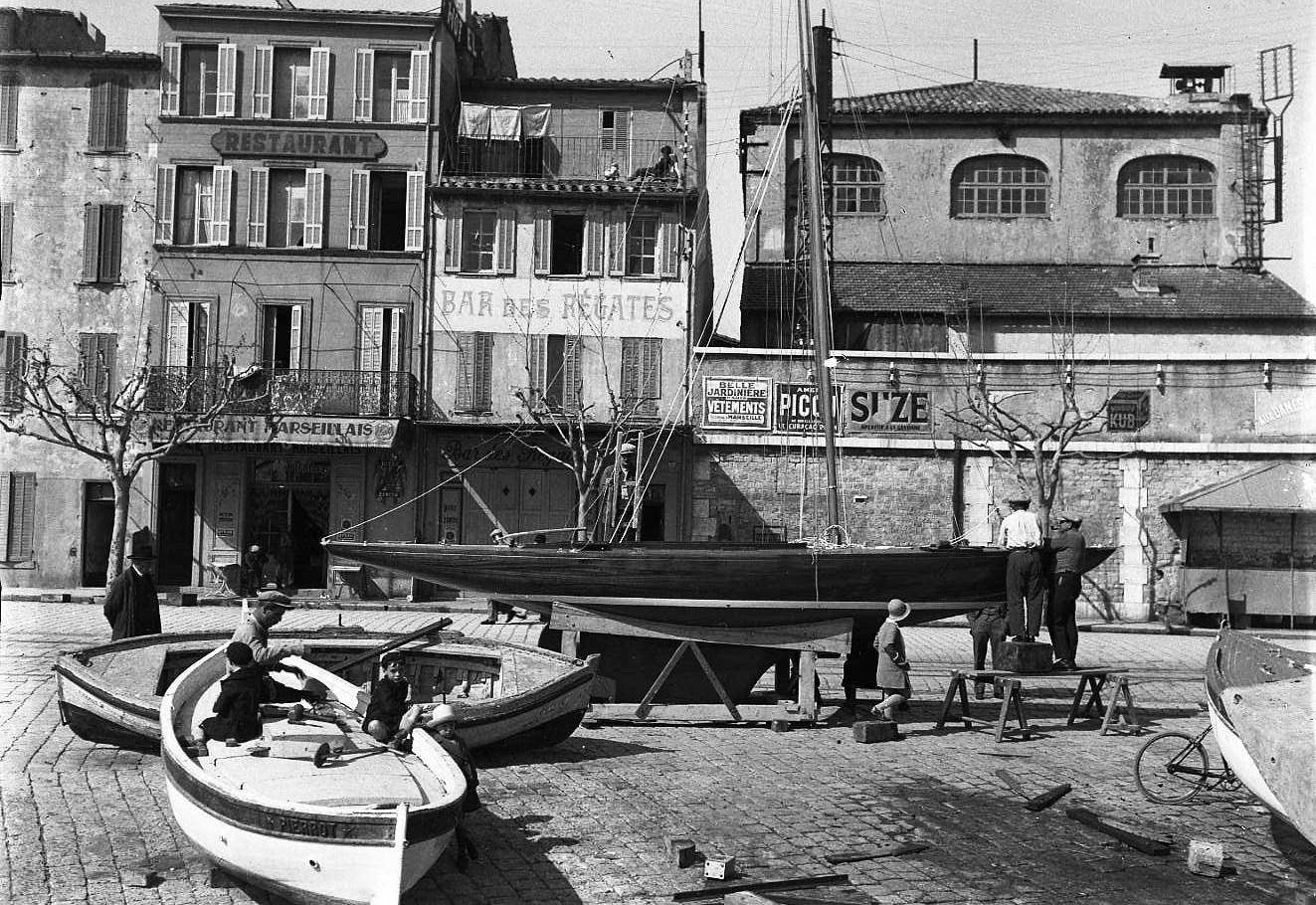 Nous sommes en 1931, les pêcheurs entretiennent encore leurs barques sur les quais tandis que les commerces se développent peu à peu.  - 6/04/1931