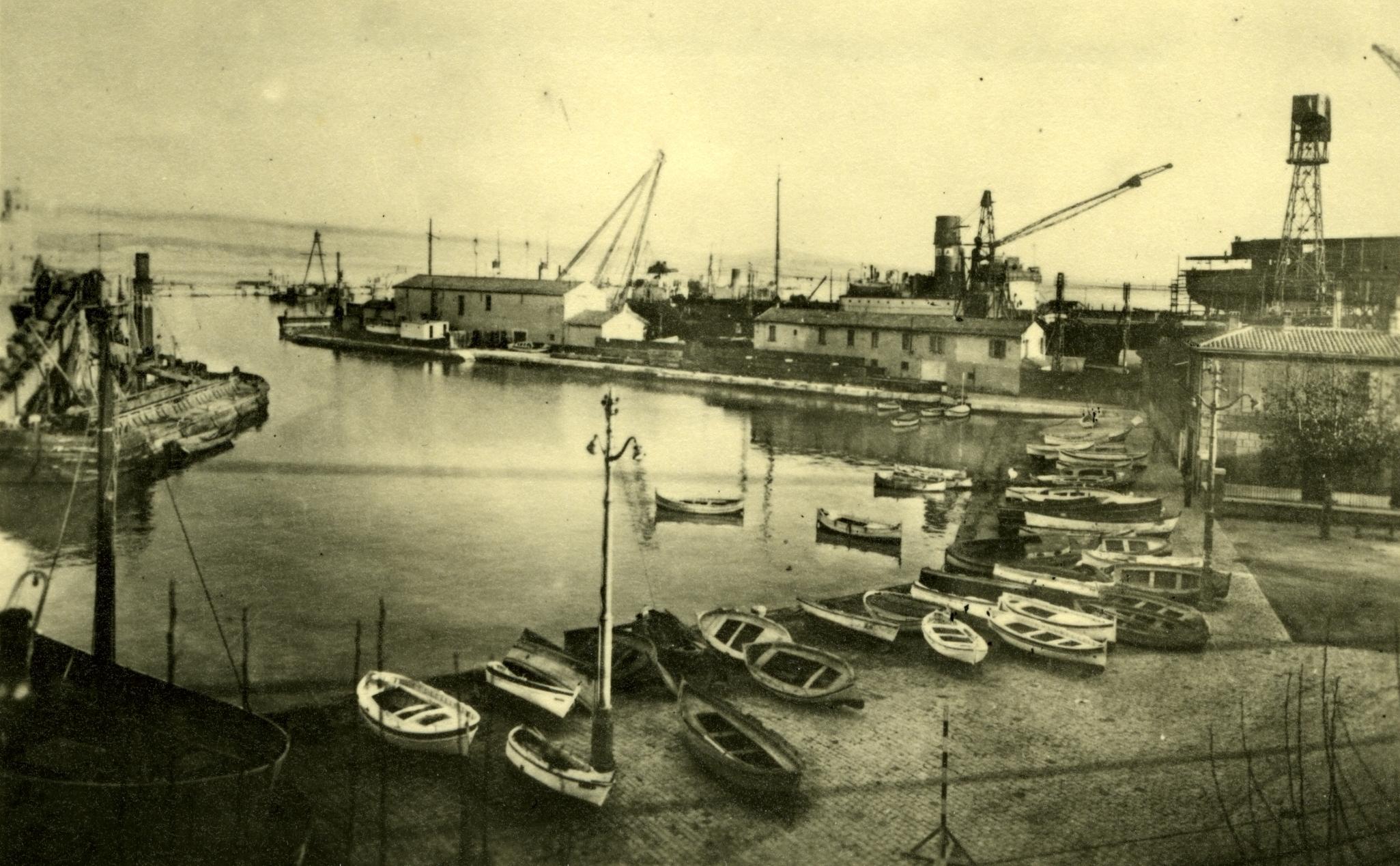 Le paisible plan d'eau de l'Escalet en 1935. Il sera comblé dès la fin de la Seconde Guerre Mondiale sur une superficie de 8600 m². A gauche, une drague cure le port.